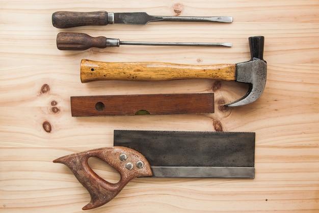 Carpinteiro de madeira vintage ferramenta na mesa de madeira Foto Premium