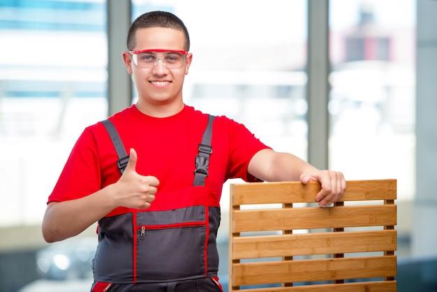 Carpinteiro de móveis jovens em industrial Foto Premium