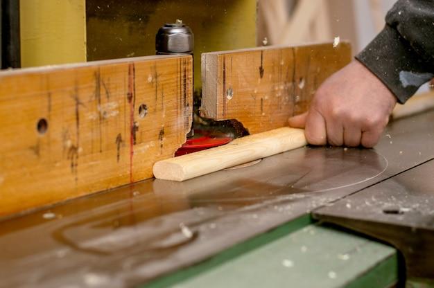 Carpinteiro, no trabalho, em, seu, oficina, foco, ligado, seu, mão Foto Premium