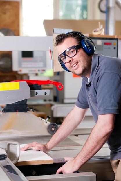 Carpinteiro usando serra elétrica Foto Premium