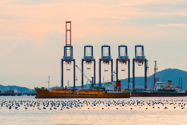 Carregamento de contêiner por guindaste no navio, importação, exportação Foto Premium