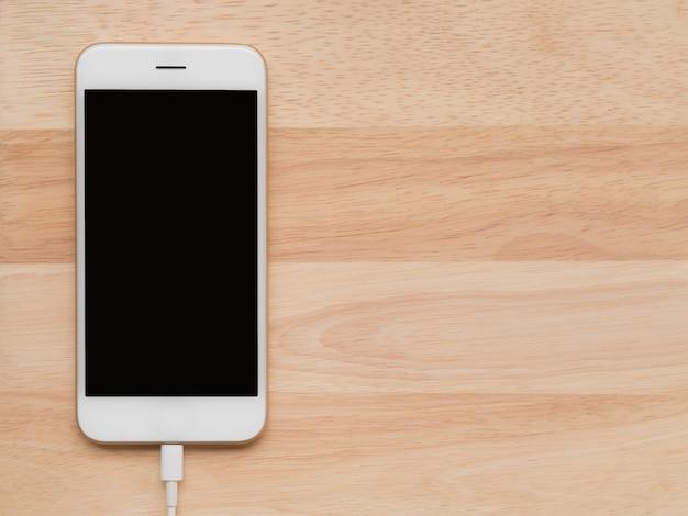 Carregamento de telefone inteligente com cabo usb Foto Premium