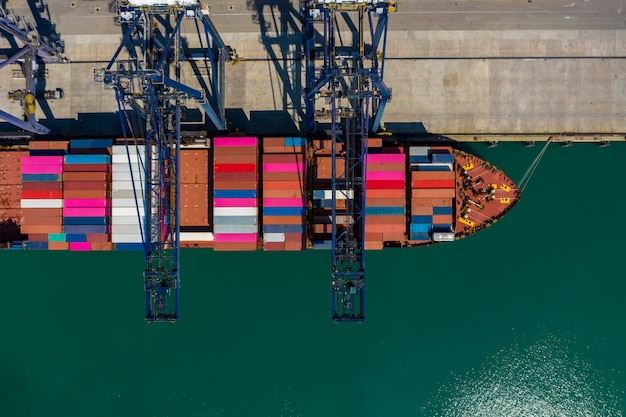 Carregamento e descarregamento de contêineres na vista aérea do porto tailândia Foto Premium