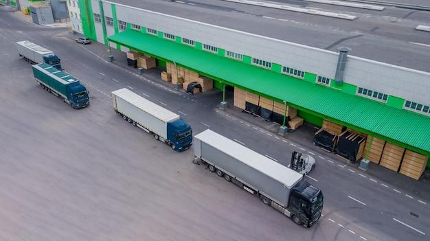 Carregando caminhões na fábrica. a vista do topo Foto Premium