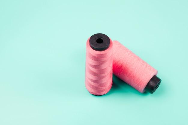 Carretéis cor-de-rosa no fundo da hortelã Foto gratuita