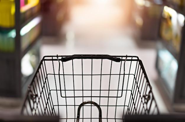 Carrinho de carrinho no supermercado abstrato Foto Premium