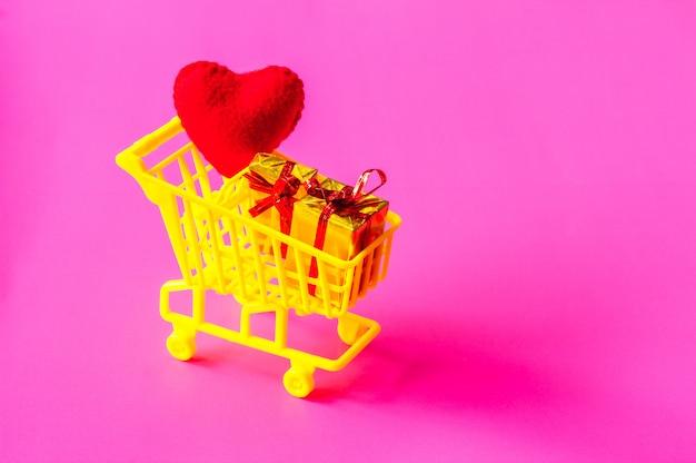 Carrinho de compras cheio de presentes Foto Premium