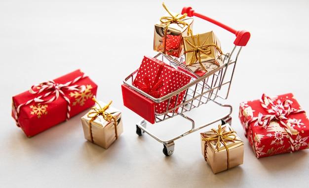 Carrinho de compras com caixas de presente Foto Premium