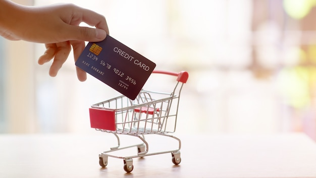 Carrinho de compras com cartão de crédito. compras on-line e o conceito de serviço de entrega. pagar com cartão de crédito. Foto Premium
