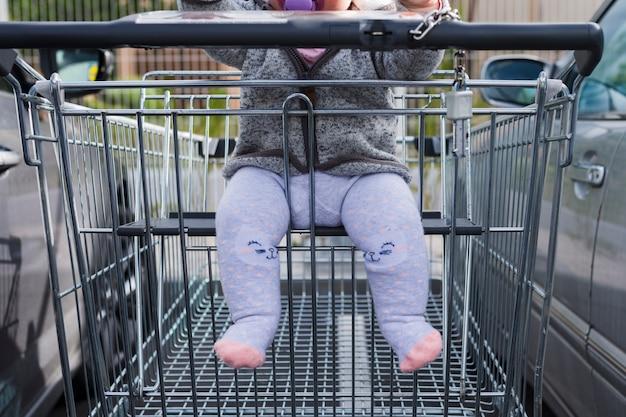 Carrinho de compras com um bebê Foto gratuita