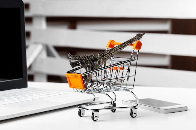 Carrinho de compras de brinquedo vazio na mesa Foto Premium