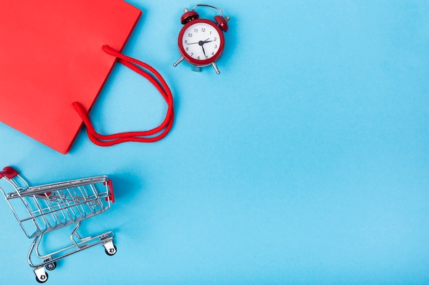 Carrinho de compras e bolsa com cópia-espaço Foto gratuita