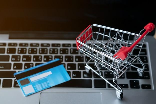 Carrinho de compras e cartão de cradit no laptop Foto Premium
