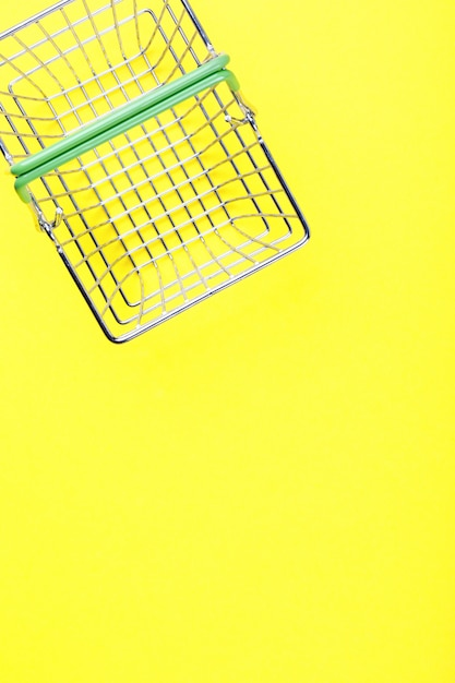 Carrinho de compras está vazio em um fundo amarelo brilhante Foto Premium