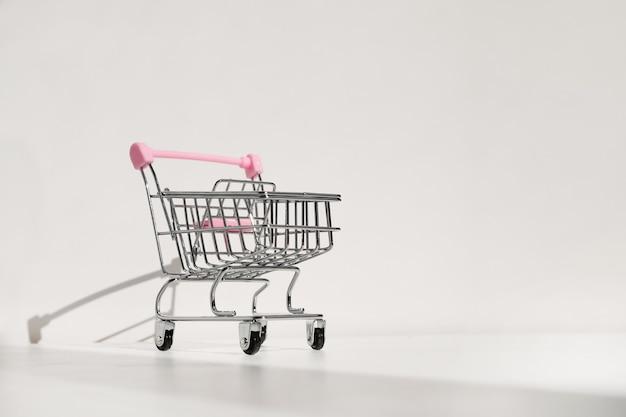 Carrinho de compras isolado em um fundo branco Foto Premium