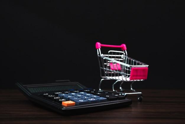 Carrinho de compras ou carrinho de supermercado e calculadora Foto Premium