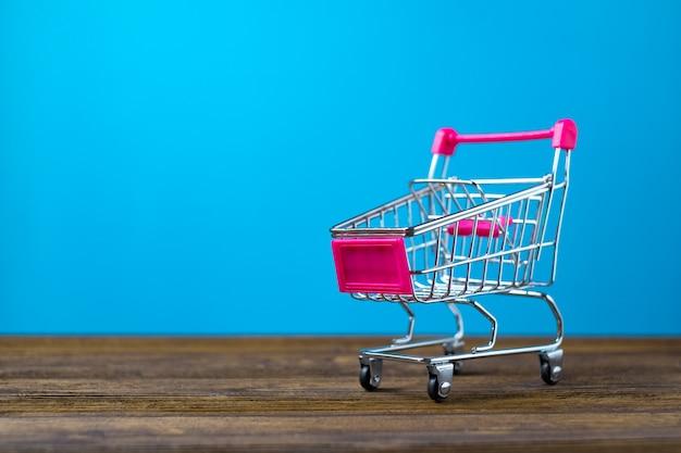 Carrinho de compras ou carrinho de supermercado em madeira Foto Premium