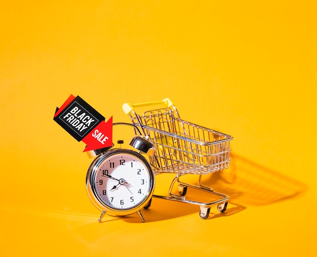 Carrinho de compras perto de despertador Foto gratuita