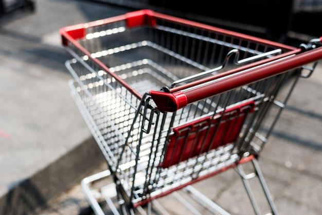 Carrinho de compras vazio deixado do lado de fora Foto gratuita