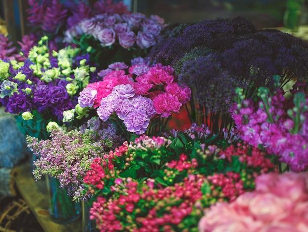 Carrinho de floricultura com muitas variedades de flores Foto gratuita