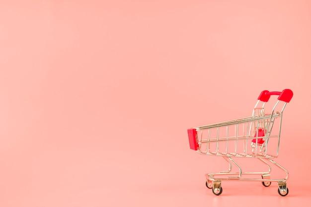 Carrinho de supermercado com alça vermelha Foto gratuita