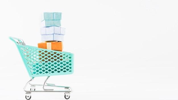 Carrinho de supermercado pequeno com presentes Foto gratuita