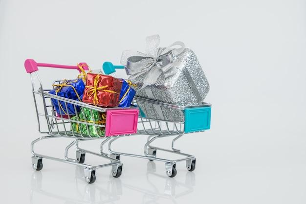 Carrinhos de compras com as caixas de presente totalmente caber em carrinhos, compra on-line e-commerce. Foto Premium