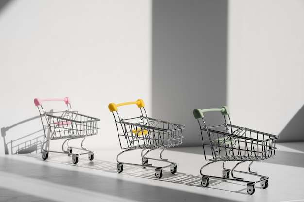 Carrinhos de compras isolados em um fundo branco Foto Premium
