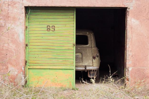 Carro abandonado Foto gratuita
