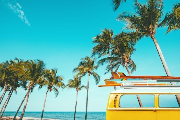 Carro antigo estacionado na praia tropical Foto Premium