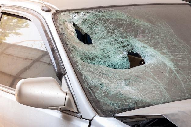 Carro batido com pára-brisa quebrado Foto Premium