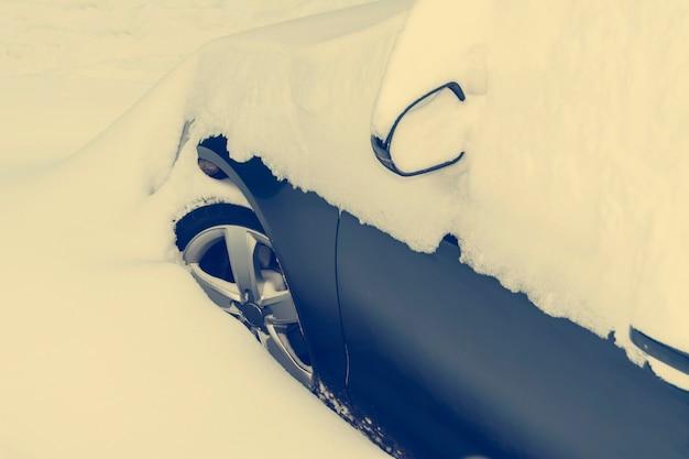 Carro coberto de neve Foto Premium