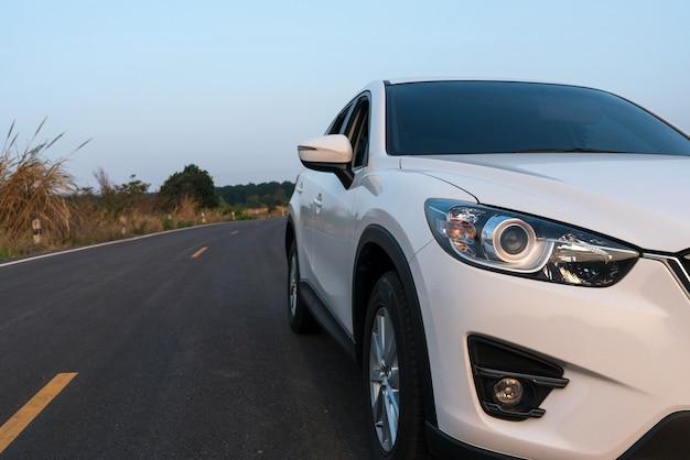 Carro compacto suv com esporte e design moderno estacionado na estrada de concreto Foto Premium