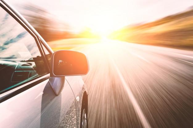 Carro de alta velocidade Foto gratuita