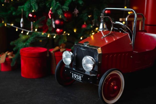Carro de bebê ao lado da árvore de natal Foto Premium