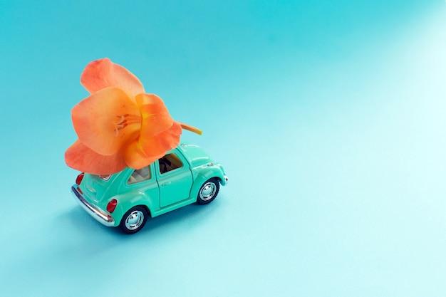 Carro de brinquedo retrô com flor no telhado Foto Premium