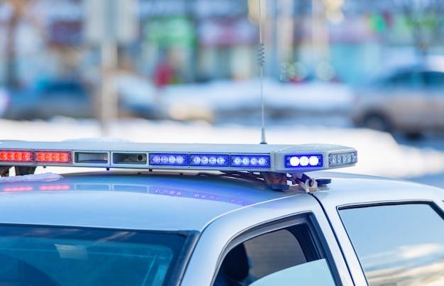 Carro de polícia nas ruas da cidade Foto Premium