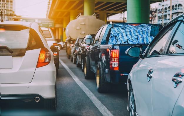 Carro dirigindo na estrada, carro estacionado na estrada Foto Premium