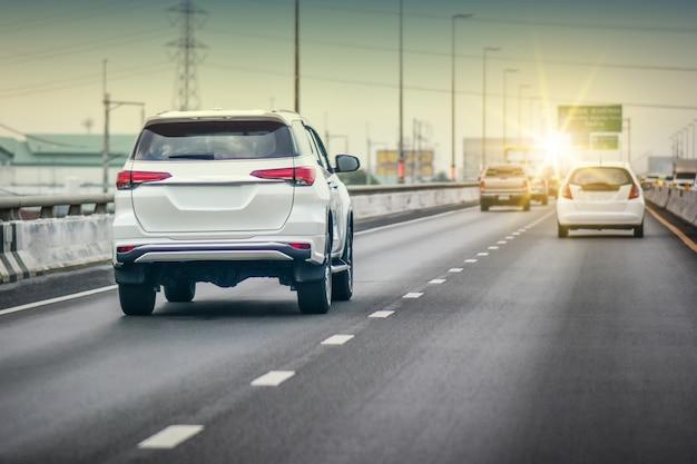 Carro dirigindo na estrada Foto Premium