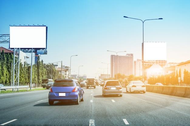 Carro dirigindo na rua ao pôr do sol Foto Premium