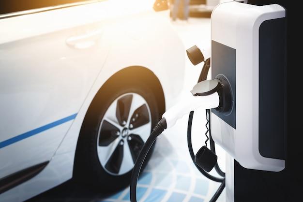 Carro elétrico, energia de carregamento do carro elétrico híbrido. Foto Premium