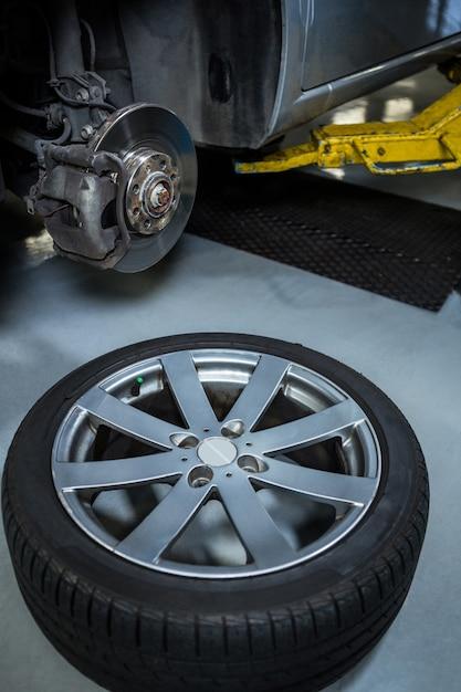 Carro em garagem de reparação Foto gratuita