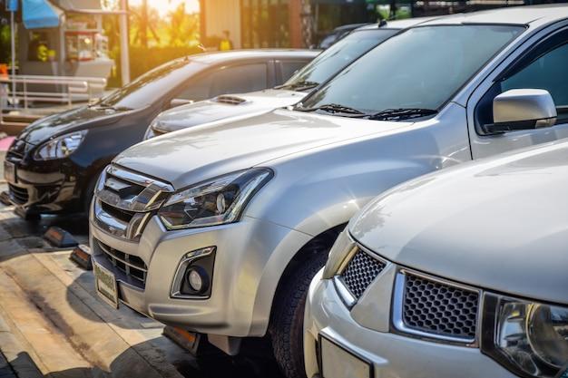 Carro, estacionado, ligado, estrada, carro dirigindo, ligado, estrada Foto Premium