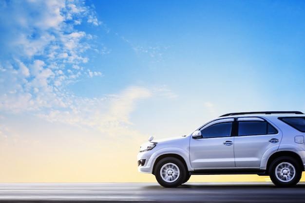 Carro estacionado na estrada, carro na rua e dirigindo na estrada rodovia Foto Premium