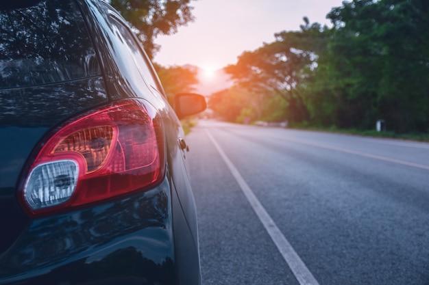 Carro estacionado na estrada e assento de carro pequeno na estrada usado para viagens diárias Foto Premium