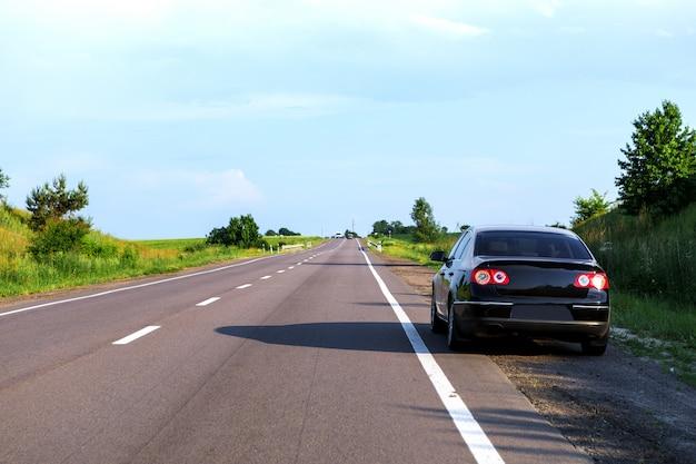 Carro, ligado, estrada asfalto Foto Premium