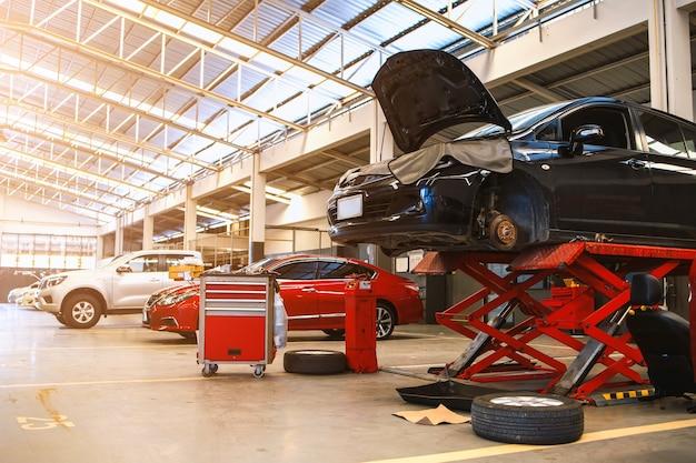 Carro no centro de serviços de reparo de automóveis com foco suave e luz de fundo Foto Premium