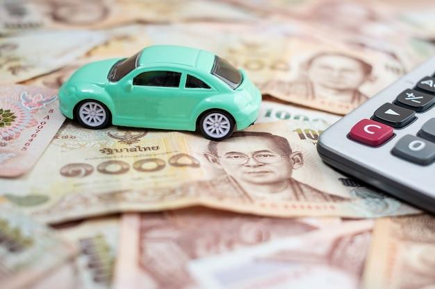 Carro por dinheiro e conceito de seguro de carro Foto Premium