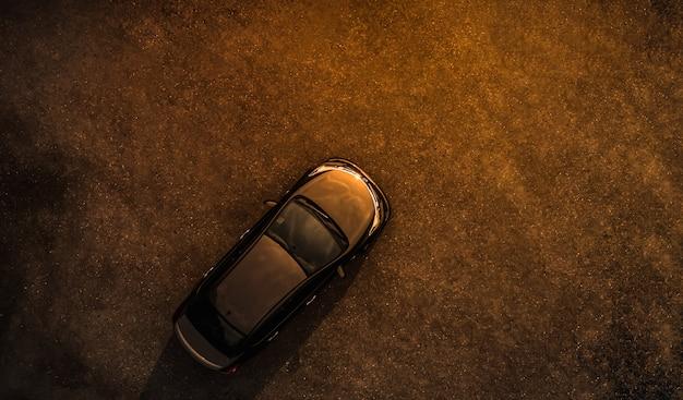 Carro preto no estacionamento concreto noite tempo vista aérea Foto Premium