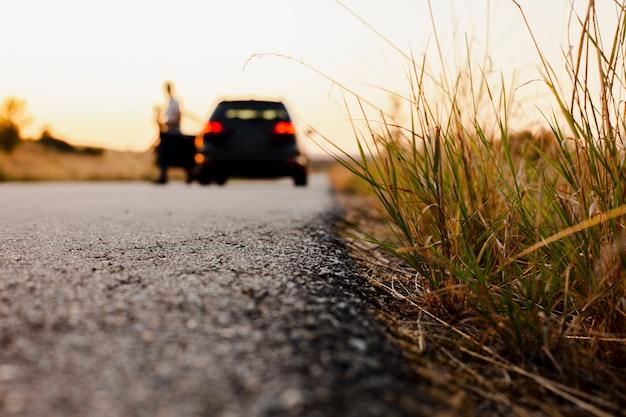 Carro preto no fundo da estrada Foto gratuita